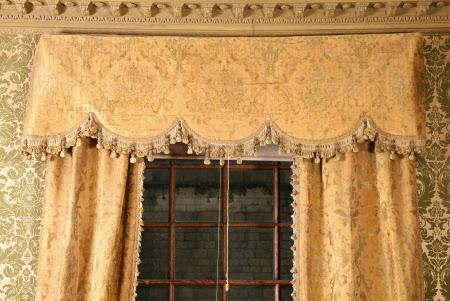 Curtain pelmet