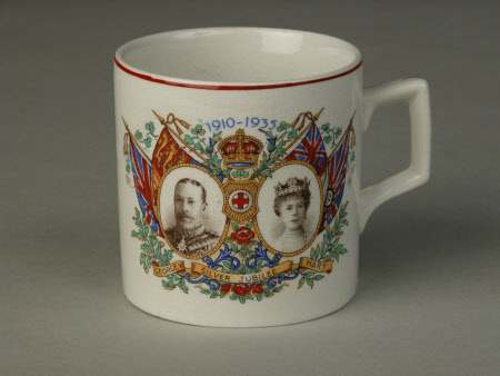 Mug commemorating the Silver Jubilee of King George V (1865–1936) and Queen Mary (1867–1953)