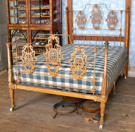 Half-tester bed