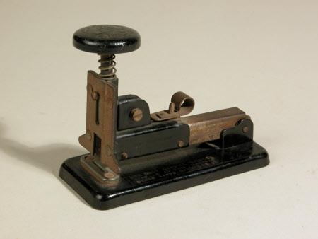 Desk stapler
