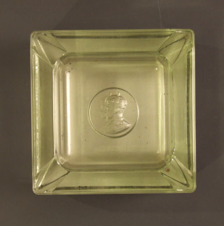 Glazs ashtray depicting King George VI (1895-1952) and Queen Elizabeth (1900-2002)