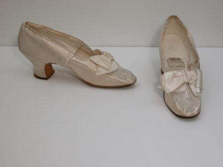 Lady's court shoe