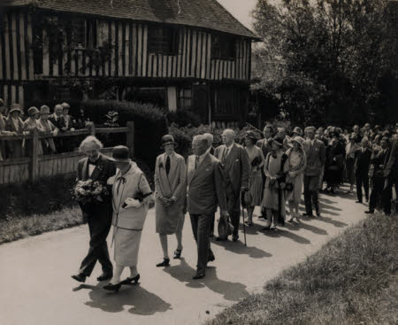 The funeral of Dame Ellen Terry (1847-1928), attended by her daughter Edith Ailsa Craig (1896-1947) ...