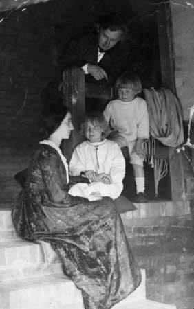 Edward Gordon Craig (1872-1966),  Elena Meo (1879-1957) and their children,  Ellen 'Nelly' Gordon ...