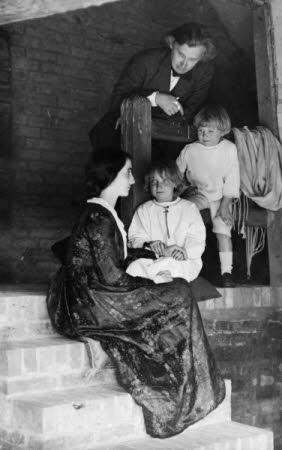 Edward Gordon Craig (1872-1966), Elena Meo (1879-1957) and their children Ellen (Nellie) Craig ...